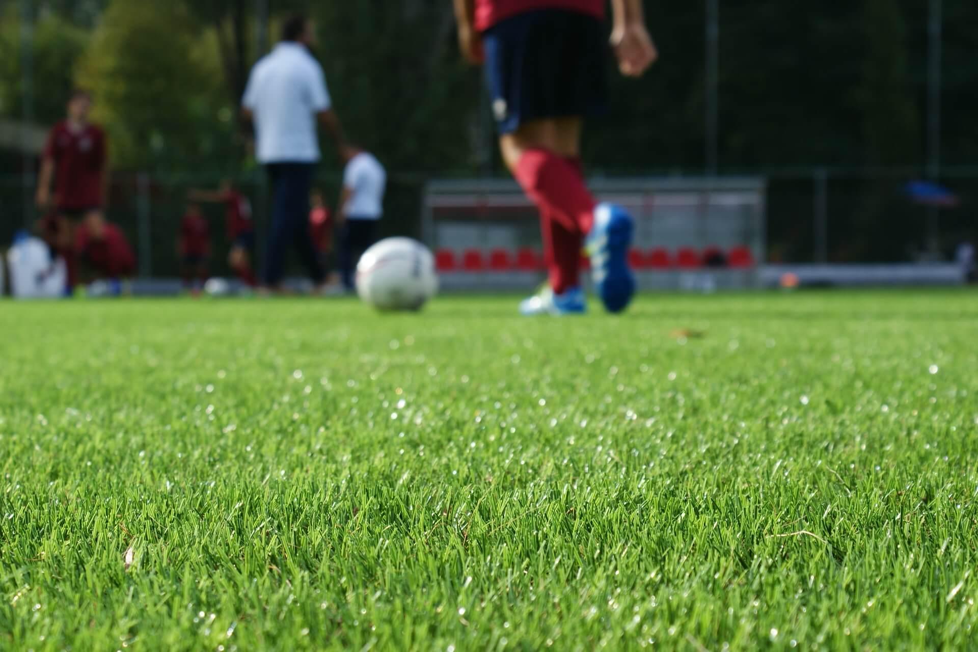 Campo di calcio in erba sintetica paragonabile alle migliori superfici ...