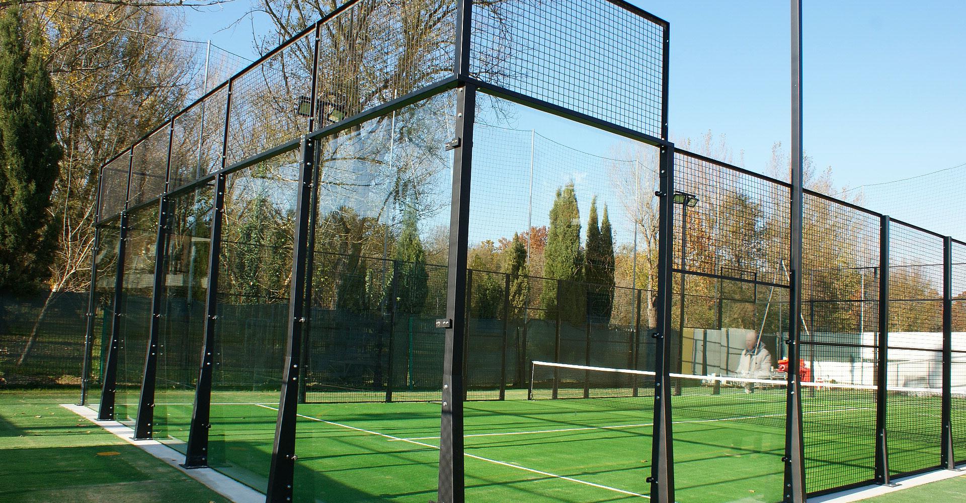 Il padel: 200 m2 di sport e divertimento sotto il cielo