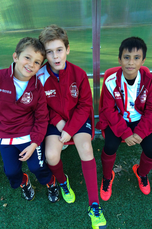 Piccoli calciatori sorridenti pronti per entrare in campo