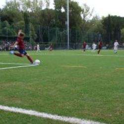 Calcio dalla porta di un giocatore della squadra di calcio Achillea 2002