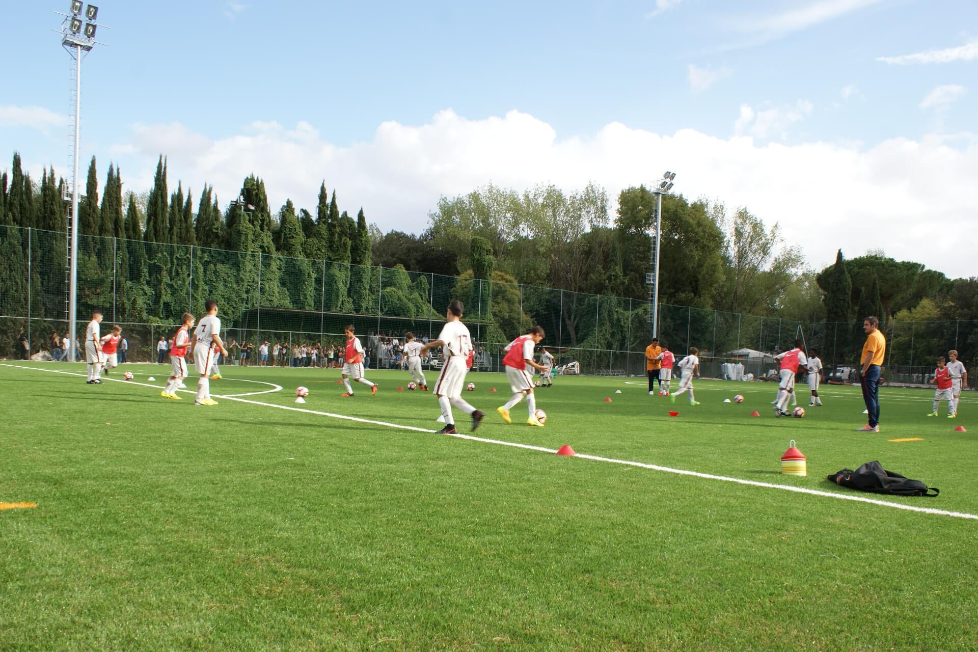 Riscaldamento sul nuovo campo di calcio Achillea 2002, completamente rinnovato