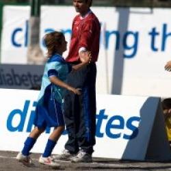 """Gesti che «fanno squadra» durante la manifestazione calcistica """"Diamo un calcio al diabete"""" presso gli impianti di Achillea 2002"""