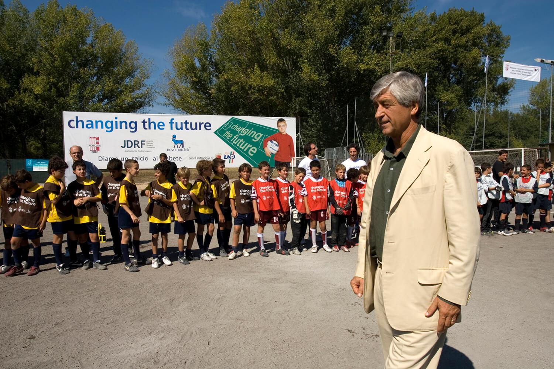 """Gianni Rivera saluta i piccoli atleti partecipanti alla manifestazione calcistica """"Diamo un calcio al diabete"""" presso gli impianti di Achillea 2002"""