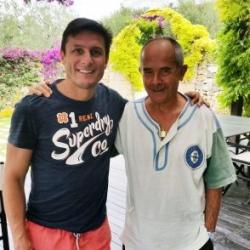 Il presidente di Achillea 2002 Paolo Luzi con Javier Zanetti, ex calciatore dell'Inter
